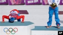 ေရႊတဆိပ္ဆု ရရွိခဲ့တဲ့ ႐ုရွား အားကစားသမား Alexander Legkov က ပထမဆုေနရာကို နန္း႐ႈတ္ေနစဥ္။