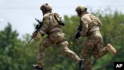 미국 워싱턴 DC 인근 앤드루스 공군기지에서 지난 7월 애슈턴 카터 미 국방장관 주관으로 열린 'ISIL대처 국제공조 회의'에 나선 미군 병사들이 전술 시범을 보이고 있다. (자료사진)