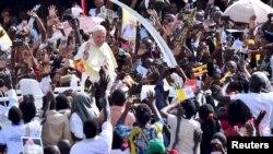 Đức Giáo Hoàng Phanxicô khuyến khích đám đông trở thành những giáo sĩ trong nước và mang theo đức tin vào cuộc sống hàng ngày.