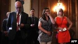 20일 미 상원이 총기 규제 법안을 모두 부결한 후 기자회견을 열었다. 총기 난사 사건으로 사망한 샌디훅 초등학교의 돈 혹스프렁 교장선생님 딸(오른쪽 두번째)이 기자회견장에서 눈물을 흘리고 있다.