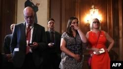 6月20日,桑迪胡克小学被杀害的校长道恩·霍斯普兰德女儿艾瑞卡·斯梅吉尔斯基(右二)在华盛顿国会聆听有关枪支管控的新闻发布会时抹下眼泪。