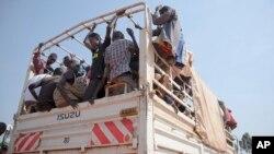 지난 6일 남수단 접경지역에서 난민들이 내전을 피해 우간다 입국을 기다리고 있다.