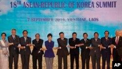 라오스 비엔티안에서 7일 열린 한국-아세안 정사회의에 앞서 정상들이 단체 기념촬영을 하고 있다. 왼쪽부터 아웅산 수치 미얀마 국가자문역, 리 센룽 싱가포르 총리, 쁘라윳 짠오차 태국 총리, 응웬 쑤언 푹 베트남 총리, 박근혜 한국 대통령, 통룬 시술릿 라오스 총리, 로드리고 두테르테 필리핀 대통령, 하싸날 볼키아 브루나이 국왕, 훈센 캄보디아 총리, 조코 위도도 인도네시아 대통령, 나집 라작 말레이시아 총리.