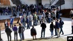 周六在内华达大学,人们排队参加在那里举行的民主党党团会议。(2016年2月20日)