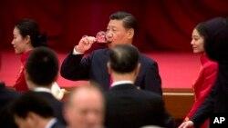 中国领导人习近平在北京人大会堂的国庆招待会上饮酒 (2017年9月30日)
