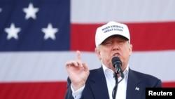 미국 공화당의 도널드 트럼프 대통령 후보가 2일 플로리다 주 마이애미 시에서 열린 선거 유세에서 연설하고 있다.