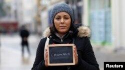 """38 წლის უმუშევარი მალიკა ეჩეკოპარ-ეჩარტი წარწერით """"უმუშევრობა"""". ფოტო გადაღებულია საფრანგეთის ქალაქ ჩარტრესში, 1 თებერვალი, 2017წ"""