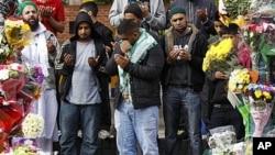 星期四在英國伯明翰的一個祈禱會的情景。就在這裡有幾名亞洲男子在動亂中被一輛車撞死