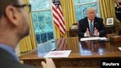 El presidente estadounidense Donald Trump habla durante una entrevista con Reuters en la Oficina Oval de la Casa Blanca en Washington, Estados Unidos, el 27 de abril de 2017.