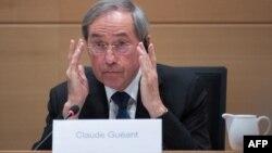 L'ancien ministre français Claude Guéant lors d'une séance de la commission d'enquête parlementaire sur l'accord de plaidoyer au parlement fédéral à Bruxelles, le 3 mai 2017.