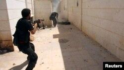 Anggota Tentara Pembebasan Suriah (FSA) dalam pertempuran merebut kota Khanasir di provinsi Aleppo (foto: ilustrasi).