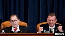 众院司法委员会共和党籍资深成员科林斯(Doug Collins)12月12日在弹劾辩论时发言,左为委员会主席纳德勒。
