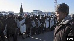 Pasukan keamanan siaga, sementara demonstran oposisi melakukan protes hasil pemilu di Kazakhstan (17/1).