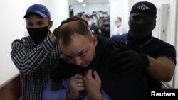 Ивана Сафронова ведут на судебные слушания. Москва, 7 июля 2020 г.