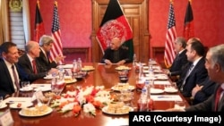 រដ្ឋមន្ត្រីការបរទេសអាមេរិក John Kerry និងប្រធានាធិបតីអាហ្វហ្គានីស្ថាន Abdullah Ghani ក្នុងកិច្ចប្រជុំមួយជាមួយមេដឹកនាំប្រទេសអាហ្វហ្គានីស្ថាន។
