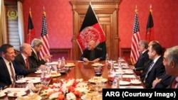 ملاقات آقای غنی در حضور داشت عبدالله عبدالله رئیس اجراییۀ افغانستان با هیأت به رهبری جان کری در ارگ