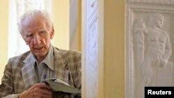 Ông Laszlo Csatary, nghi can tội ác chiến tranh trong Thế chiến thứ 2 rời văn phòng công tố ở Budapest, 18/7/12