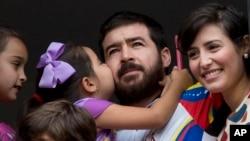 Esta detención ha sido criticada por la mayoría de los dirigentes opositores del país suramericano a través de las redes sociales donde se convirtió en el tema más comentado de la jornada.
