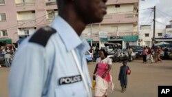 Un policier régule la circulation routière à Dakar, Sénégal, 31 août 2010.