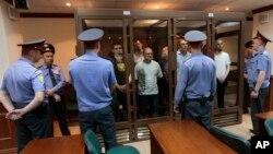 지난달 6일 모스크바 법원이 반정부 인사들의 공판을 진행하고 있다. 피고들은 유리방에 감금된 상태. (자료사진)