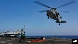 海鹰直升机2019年5月10号在波斯湾向林肯号航母运送补给 - 美国海军照片