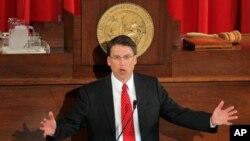 El gobernador de Carolina del Norte, Pat McCrory, ha pedido al gobierno federal que no envíe refugiados sirios a su estado.