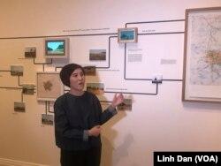 Tiffany Chung, nghệ sỹ đương đại Mỹ, đang trình bày về các tác phẩm của cô tại triển lãm đầu tiên tại bảo tàng Smithsonian.
