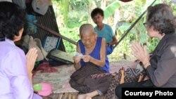 Không có trung tâm cho người già tại Campuchia. Các chuyên gia muốn chính phủ cung cấp dịch vụ y tế cho người già và thực hiện chương trình hưu trí cho toàn thể dân chúng.