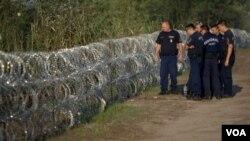 匈牙利的警察檢查與塞爾維亞邊界的鐵絲網(2015年8月29日)
