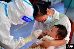 中国福建省莆田仙游县的一名幼儿接受新冠核酸检测。(2021年9月13日)