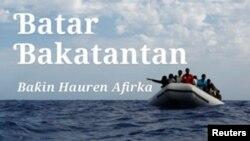 Wasu 'yan Afirka su 104 cikin kwale-kwalen roba su na jiran a ceto su daga cikin teku, kimanin mil 25 daga gabar kasar Libya. (Reuters)