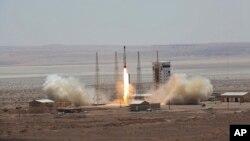 Foto yang dirilis oleh situs web resmi Kemenhan Iran hari Kamis, 27 Juli 2017, mengklaim keberhasilan peluncuran roket pengangkut satelit, Simorgh, dari lokasi yang tidak diungkapkan. (courtesy: Kemenhan Iran via AP)