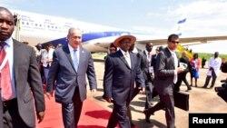 Rais Yoweri Museveni akimpokea mgeni wake waziri mkuu wa Israel Benjamin Netanyahu katika uwanja wa ndege wa kimataifa Entebbe Uganda.