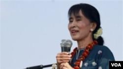 Aung San Suu Kyi berpidato di depan ribuan pendukungnya di negarabagian Kachin, yang terus-menerus dilanda konflik.