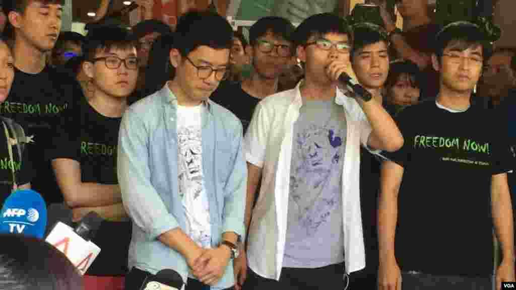 香港前学生领袖罗冠聪、黄之锋和周永康(左起)在走进法庭前