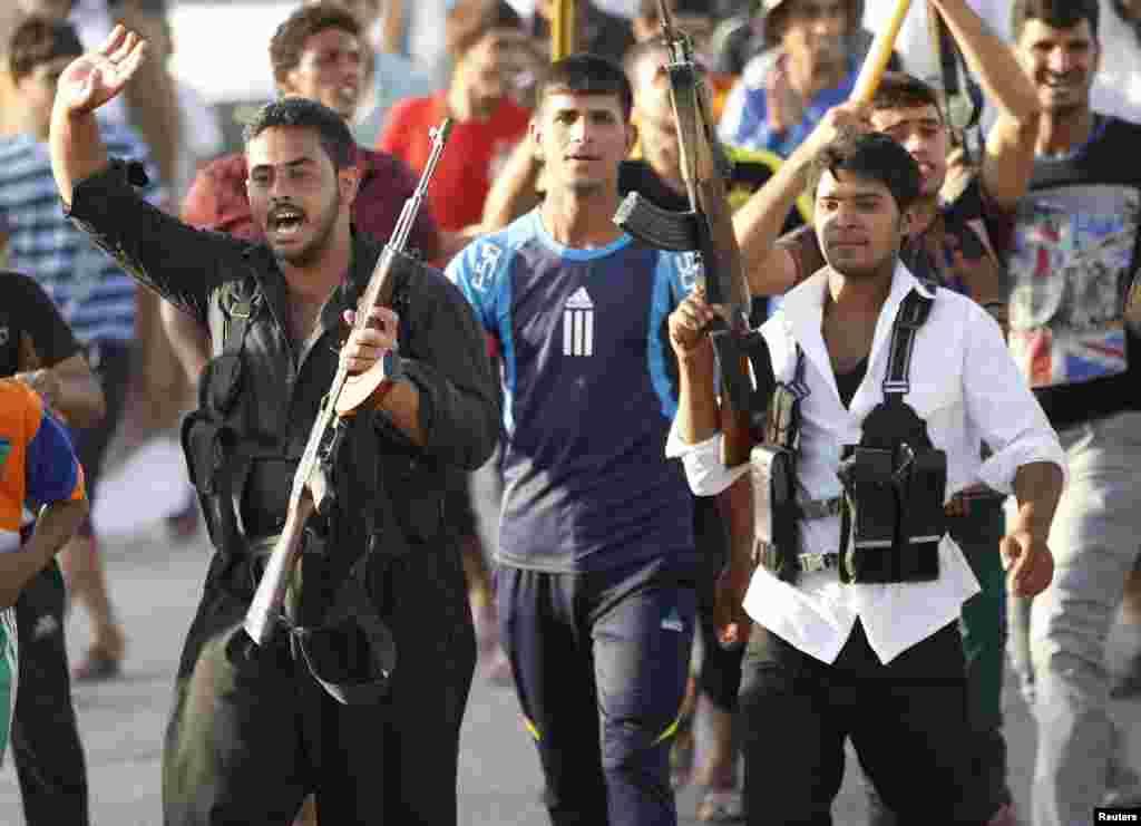 بڑی تعداد میں رضاکار عراق کی سکیورٹی فورسز میں شامل ہو رہے ہیں۔