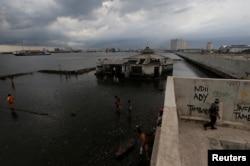 Skenario tenggelamnya Jakarta diprediksi semakin parah apabila tidak ada kebijakan untuk menanggulangi krisis iklim di Indonesia. Akibatnya, jutaan orang yang tinggal di kawasan pesisir terancam pindah akibat peningkatan muka air laut. (Foto: Reuters)