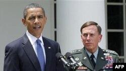 Prezident Barak Obama Afg'onistondagi xalqaro koalitsiyaning yangi qo'mondoni general Devid Petreus bilan, 23-iyun, 2010