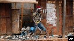Un jeune milicien du groupe des anti-Balaka en train de piller un marché musulman le 22 janveir 22 2014 à Bangui, en République Centrafricaine.
