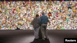 """Gia đình và bạn bè các nạn nhân chuyến bay MH17 tập trung trước """"hàng rào cảm thương"""" được làm từ hàng ngàn những món đồ chơi trong một buổi lễ tưởng niệm gần thành phố Utrecht, Hà Lan, 17/7/2015."""