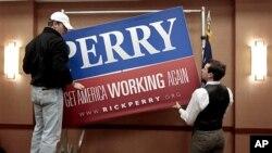 릭 페리 텍사스 주지사의 후보 사퇴 공식 선언 후 선거운동 푯말을 내리는 릭 페리 지지자들