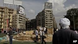 Công nhân Ai Cập xây đài tưởng niệm những người thiệt mạng trong cuộc biến động năm 2011