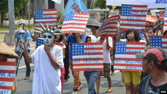 Anti-American military protesters head toward the U.S. embassy in Manila ahead of President Barrack Obama's visit to the Philippines, April 23, 2014. (Simone Orendain/VOA)