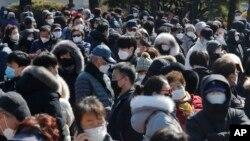 Người dân sắp hàng mua khẩu trang bên ngoài siêu thị Nonghyup Hanaro Mart ở Seoul, Hàn Quốc, ngày 5/3/2020.