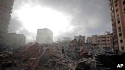 23일 이스라엘의 공습으로 붕괴된 팔레스타인 가자지구의 아파트 건물 잔해