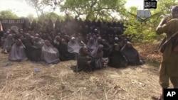 Dalam foto yang diambil dari video tertanggal 12/5/2014 ini terlihat para anak perempuan yang didiculik Boko Haram. Hingga saat ini 219 anak yang diculik itu dilaporkan belum kembali.