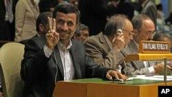 El presidente iraní Mahmoud Ahmadineyad saluda durante una reunión de alto nivel en Naciones Unidas, este lunes 24 de septiembre de 2012.