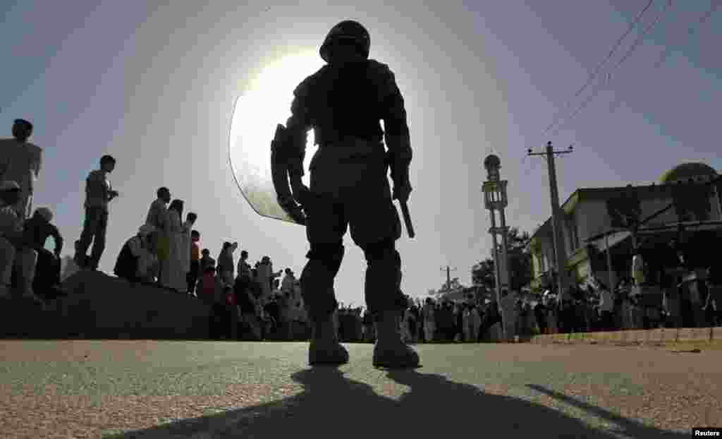 A riot policeman keeps watch during a demonstration in Kabul, September 21, 2012.