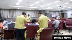 2일 전북 완주 지방행정연수의 중국 버스 사고 수습대책본부 상황실에서 관계자들이 피해 상황을 파악하고 피해자 가족 지원 대책 등을 세우고 있다.