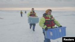 قطبین کی برف سے بڑے پیمانے پر نمونےجمع کرکے لیبارٹری منتقل کیے گئے ہیں
